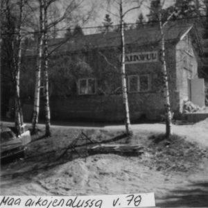 Mustavalkoinen kuva, jossa näkyy miltä puusepänliike näytti ulkoapäin vuonna 1978